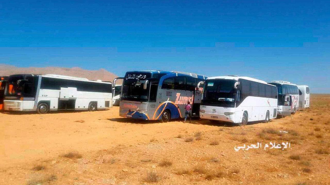 Radikální islamisté jeli v konvoji zlibanonsko-syrského pohraničí naúzemí východní Sýrie khranicím sIrákem.