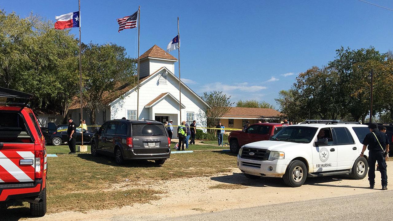 Americká policie zasahuje v baptistickém kostele v Shuterland Springs ve státě Texas.