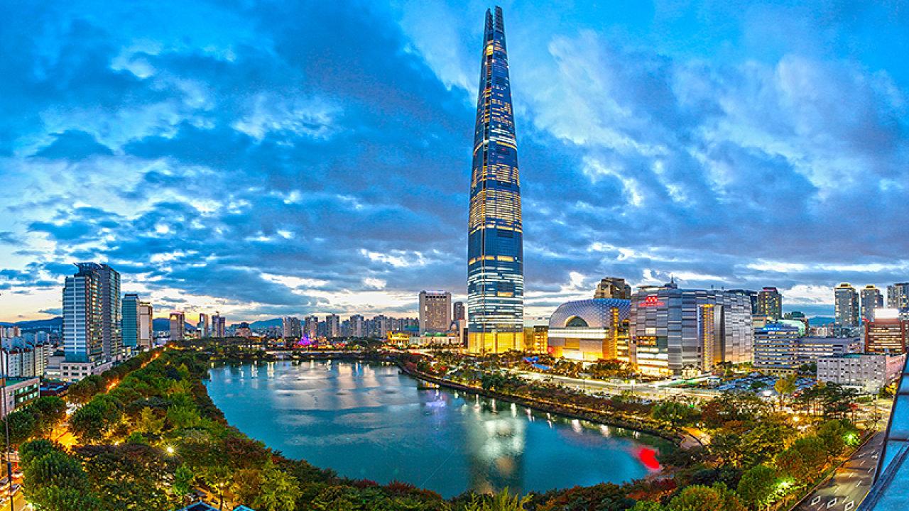 Druhý nejvyšší mrakodrap postavený v loňském roce je Lotte World Tower v jihokorejském Soulu. Dosahuje výšky necelých 556 metrů.