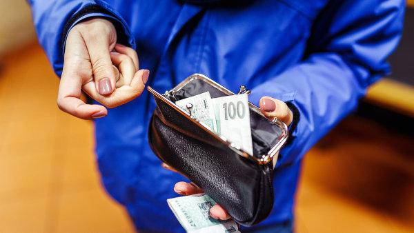 Minimální mzda od ledna činí 12 200 korun. Odbory pro příští rok žádají růst o 1500 korun, zaměstnavatelé navrhují zhruba polovinu. - Ilustrační foto.