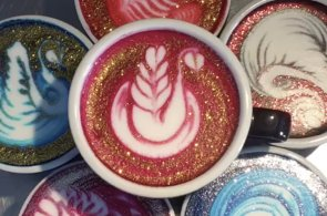 Přidáním potravinářského barviva do konvičky s mlékem baristka vytváří v šálku duhové květiny a labutě.