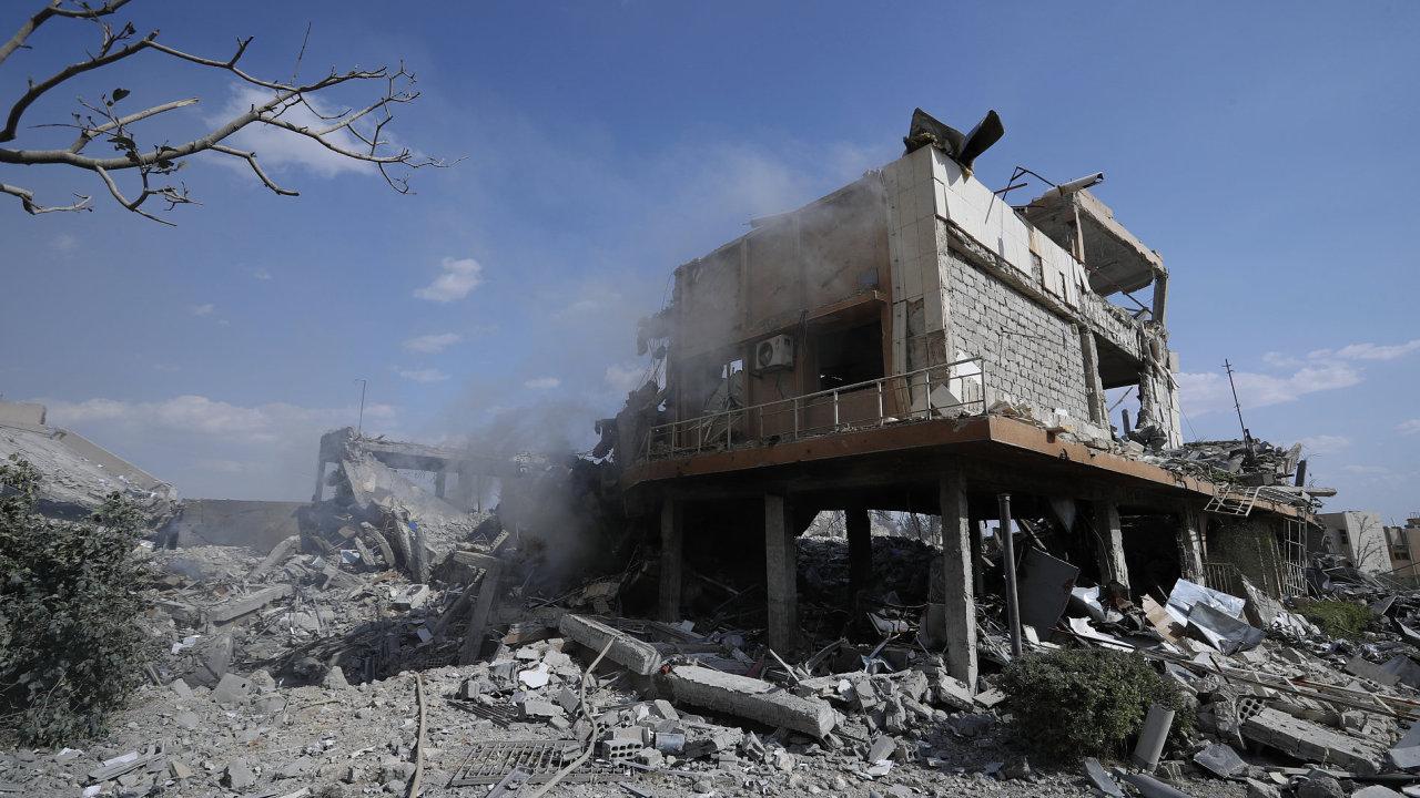 Takto vypadá syrské Vědecké a výzkumné centrum ve městě Barzeh nedaleko Damašku po sobotním bombardování.