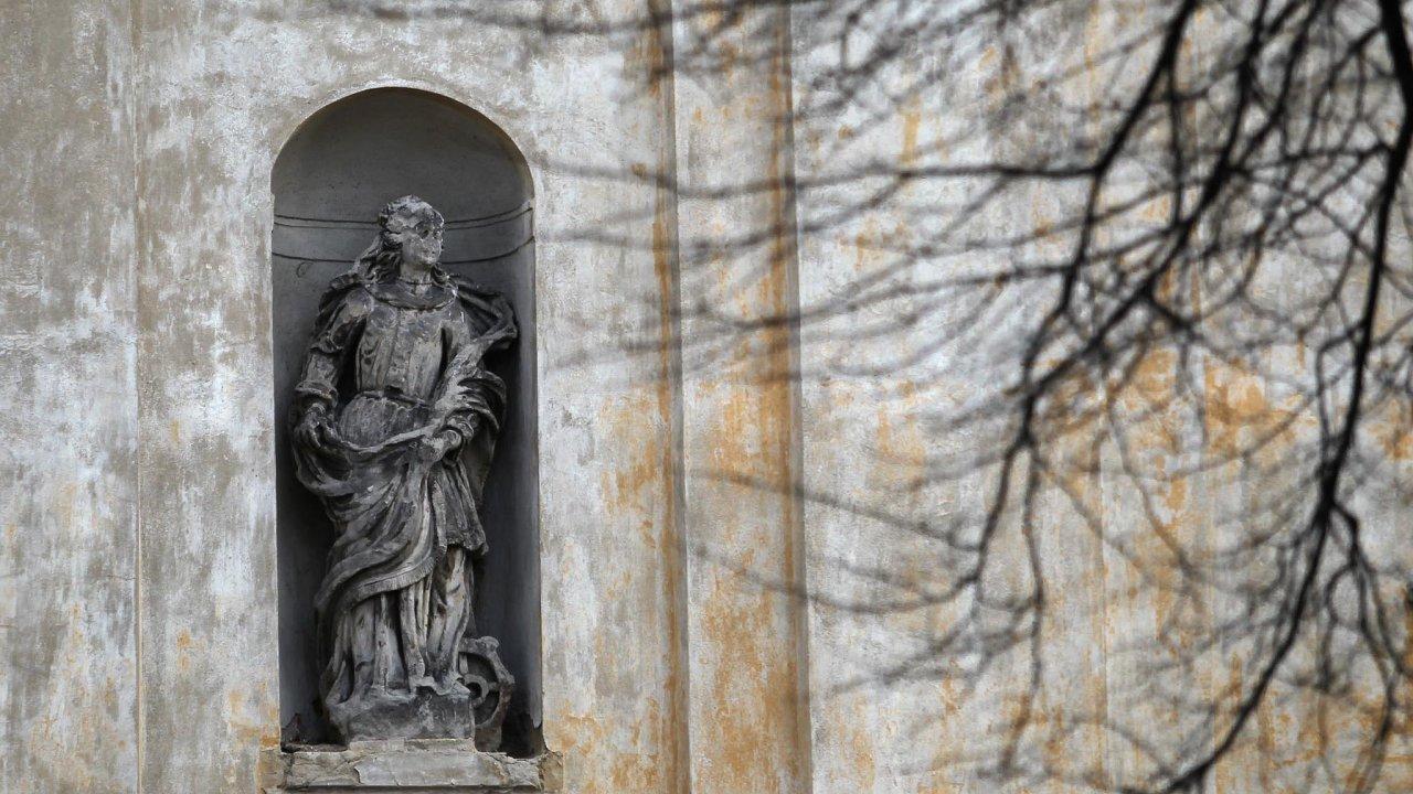 Restituce církevního majetku vzbuzuje rozpory mezi poslanci, nejednotní jsou i právníci.