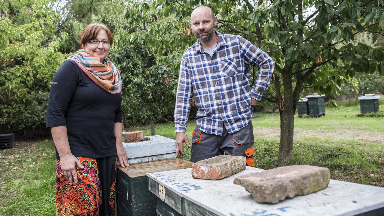 Jana a Petr Cihlářovi provozují největší rodinné včelařství v Česku.