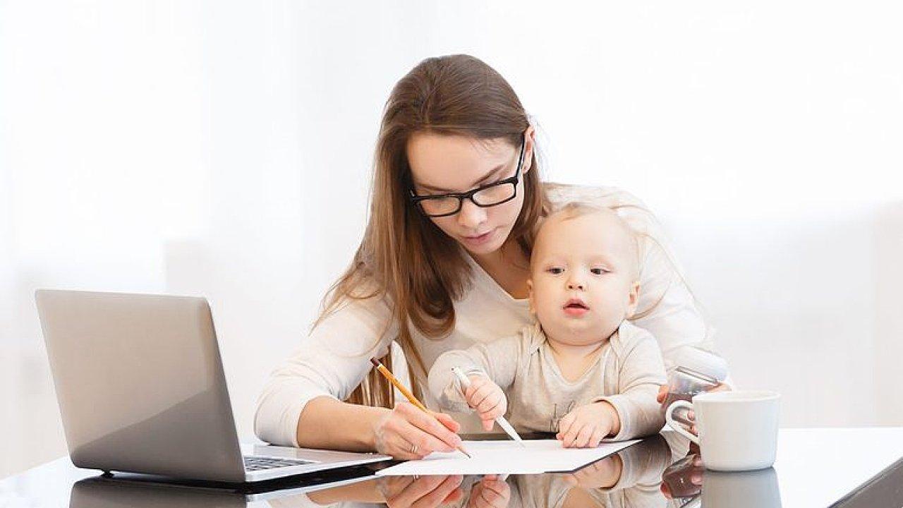 Žena na mateřské je ideální zaměstnanec, lépe pracuje a nechce kariéru, říká ekonom