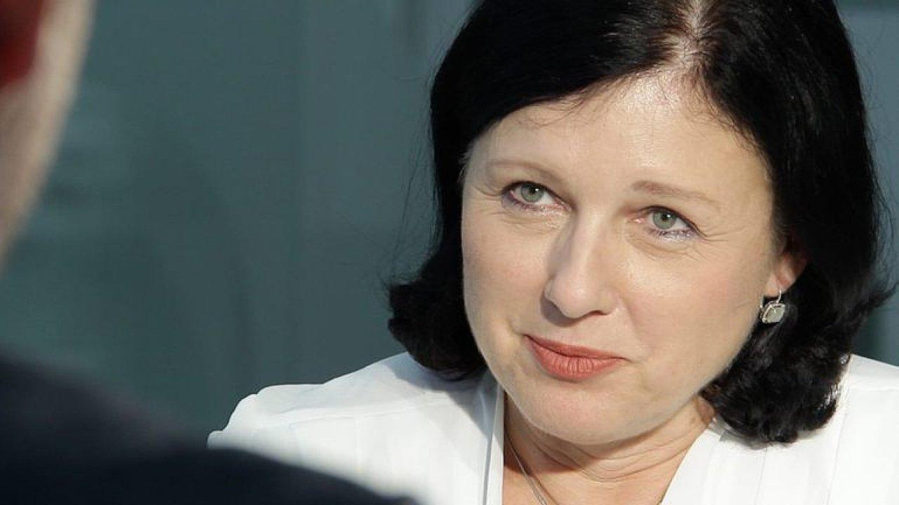 Jourová: Plán boje EU s dezinformacemi není cenzura, střet zájmů Babiše komise řeší.