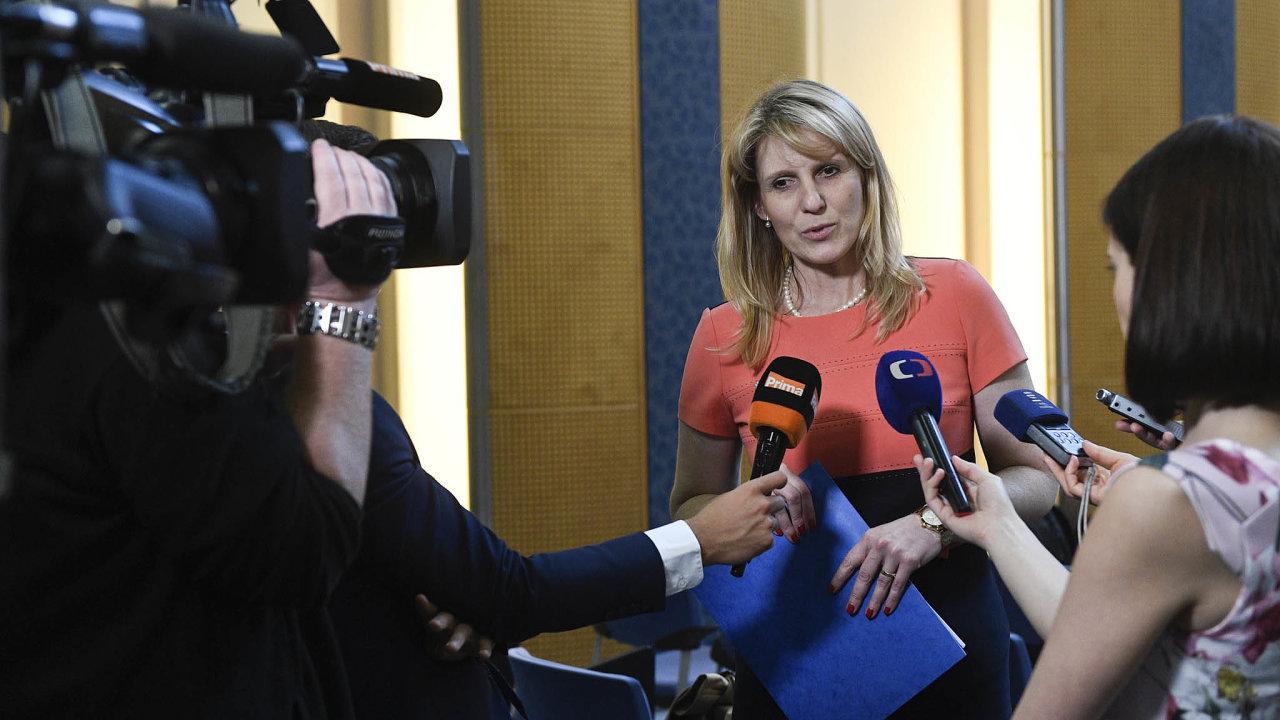 Vtelevizi by se podle protidrogové koordinátorky Jarmily Vedralové měl alkohol propagovat jen mezi 22. a6. hodinou.