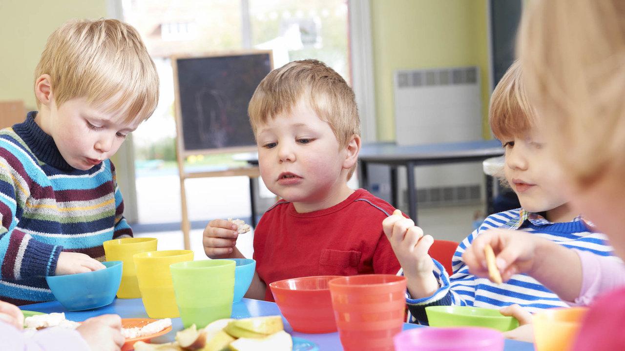 Je to hygienické? Ztoho, když předškolák bere jídlo doruky, společenské téma zatím není. Když ho má zdomova, pak už ano.