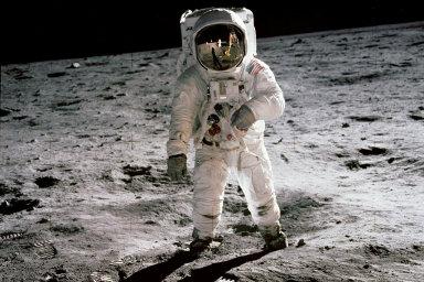 Na Měsíci je voda, oznámila NASA. Je klíčová pro návrat lidí na jeho povrch, mise začne už příští rok