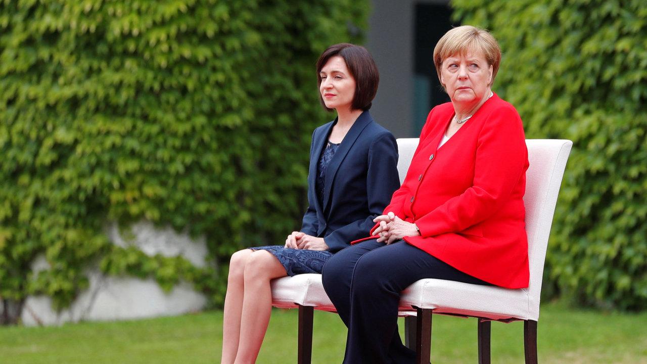 Podruhé v krátké době dnes německá kancléřka Angela Merkelová absolvovala uvítací ceremoniál v Berlíně vsedě.