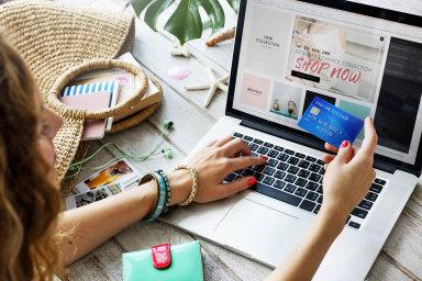 Alespoň jednou ročně vČesku přes internet nakoupí devět spotřebitelů zdeseti.