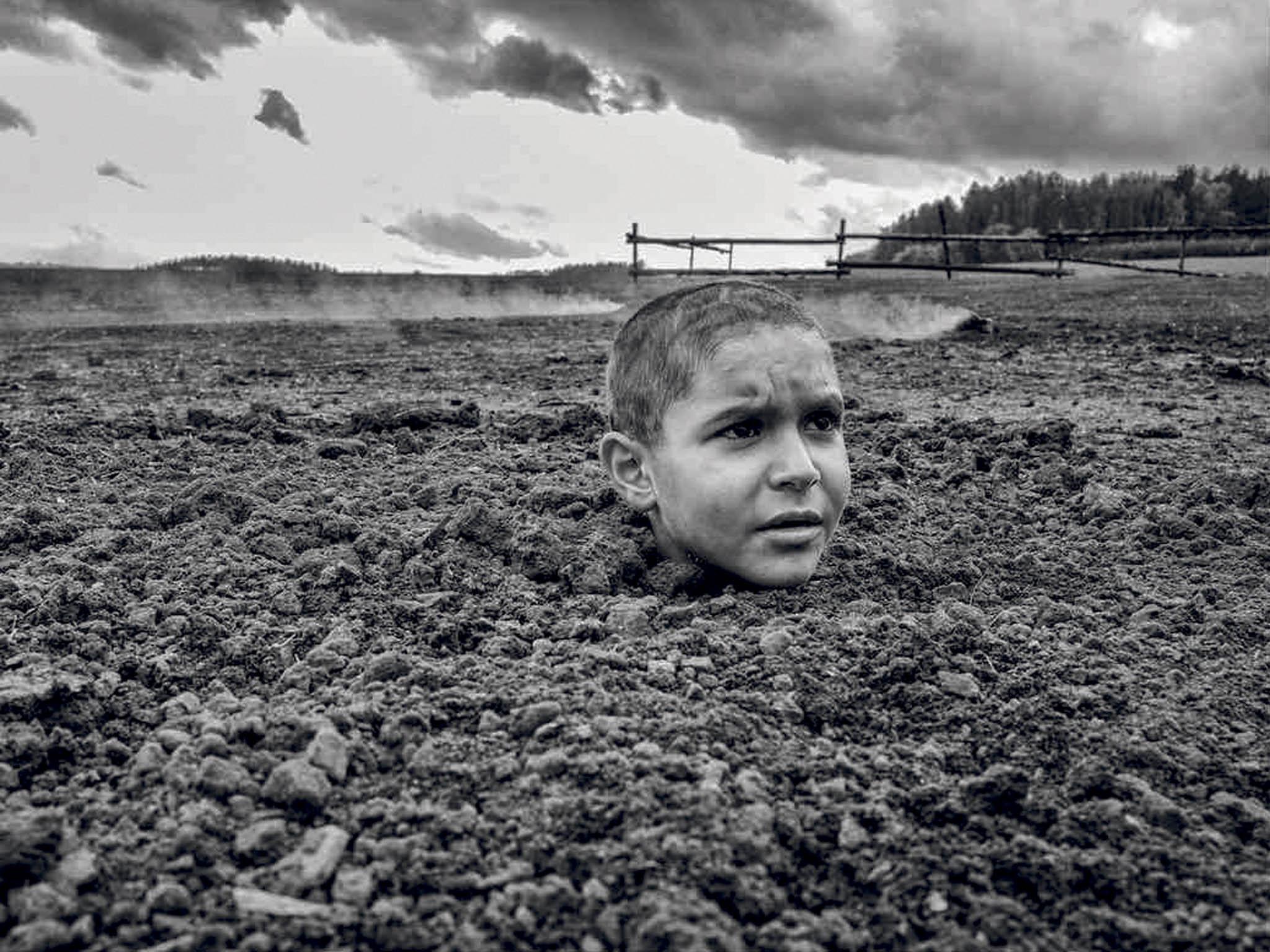 Nový celovečerní film Václava Marhoula namotivy bestselleru Jerzyho Kosińského pojednává ochlapci, kterého rodiče posílají ktetě navenkov vesnaze uchránit ho před vyhlazováním Židů.