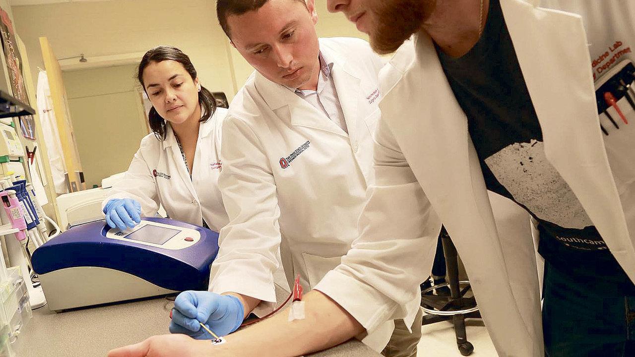 Vědecký tým univerzity vOhiu vyvíjí metodu,která umožní prostřednictvím mikročipu nakůži přeprogramovat genetický kód buněk.