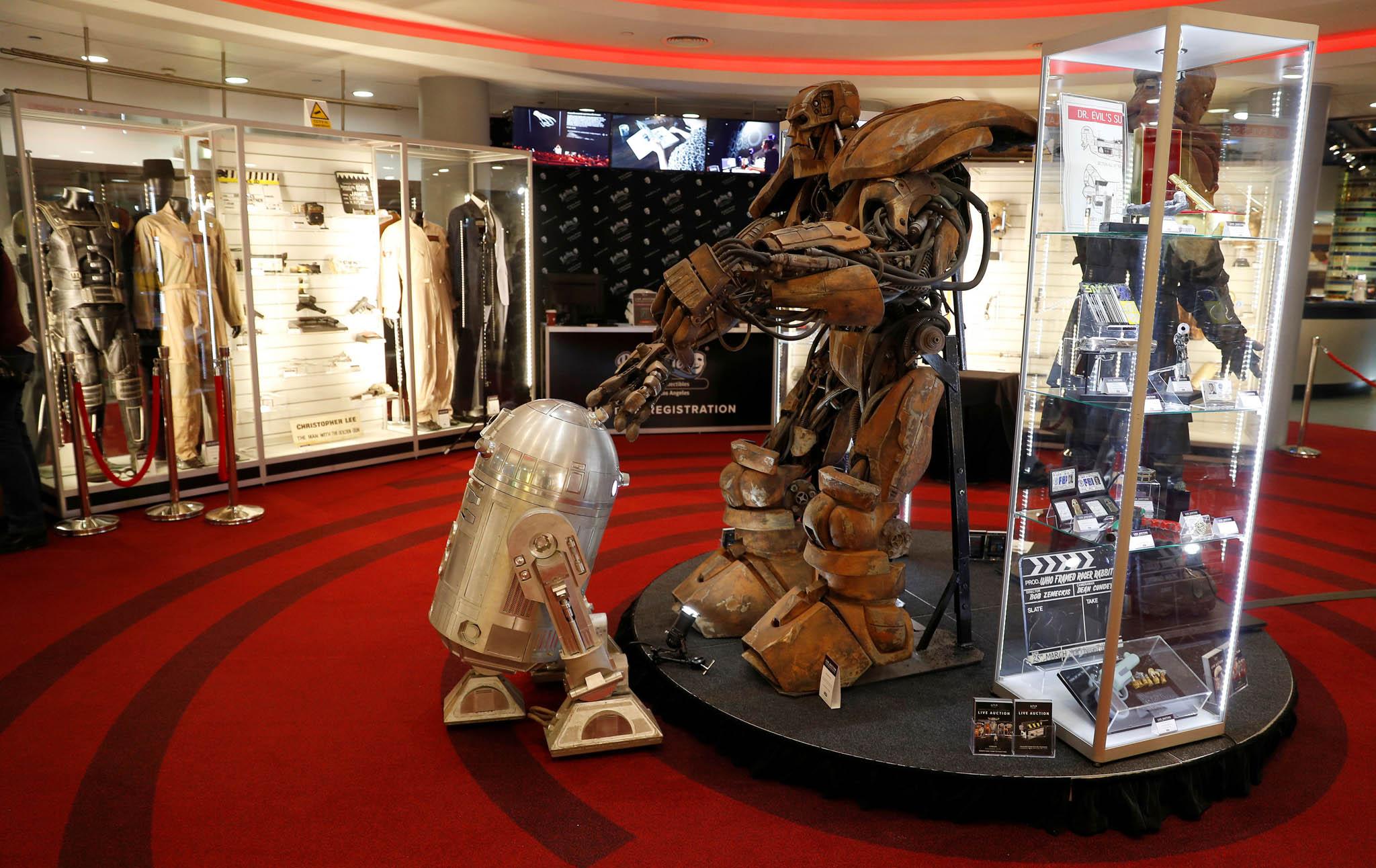 Vpřepočtu až 234 milionů korun může příští týden vLos Angeles vynést aukce předmětů zfilmů Vetřelec, bondovky Moonraker nebo Hvězdných válek.