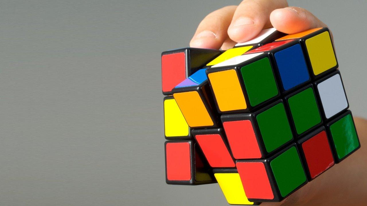 Rubikova kostka baví už desítky let.