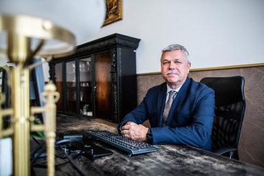 Ivan Šramko byl mezi lety 2005 a2010 guvernérem Národní banky Slovenska. Proto odroku 2009, kdy Slovensko přijalo euro, spolurozhodoval ospolečné evropské měně.