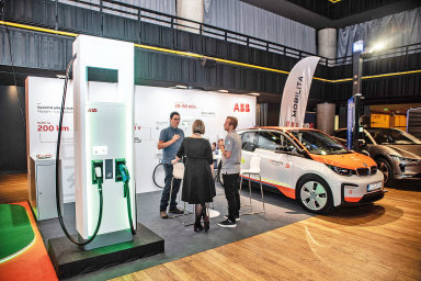 Vříjnu uspořádalo vydavatelství Economia vespolupráci sLeef Technologies vpražském Foru Karlín konferenci Elektromobilita2019.