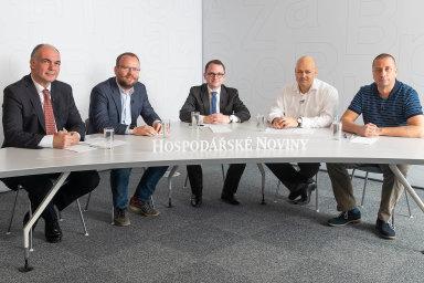 Zleva: Ivo Rosol (firma OKsystem), František Zeman (Algotech), moderátor Filip Sýkora (HN), ředitel Accenture Security pro střední Evropu Jan Krob akryptolog společnosti Raiffeisenbank Tomáš Rosa.