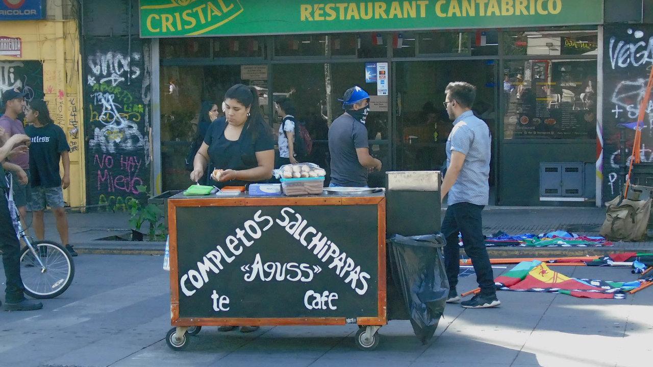 Obživa na ulici. Prodavačka párků s hranolky patří mezi Chilany, jejichž životní úroveň se nezvyšuje.