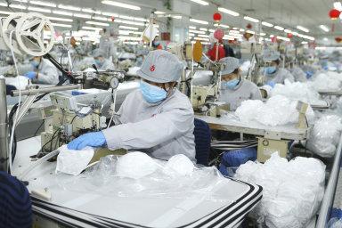 Kritický nedostatek ochranných roušek a obleků komplikuje práci zdravotnického personálu zejména v nemocnicích v hlavním městě provincie Chu-pej a epicentru nákazy Wu-chanu.