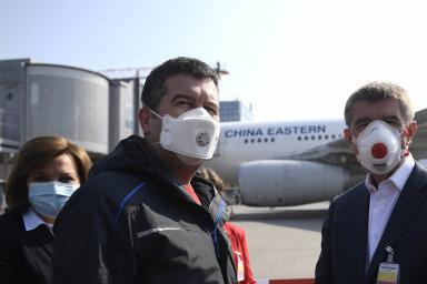 Čekáme nazásilku: První letadlo se zdravotnickým materiálem zČíny očekávali vPraze premiér Andrej Babiš (vpravo), vicepremiér Jan Hamáček (uprostřed) aministryně financí Alena Schillerová.
