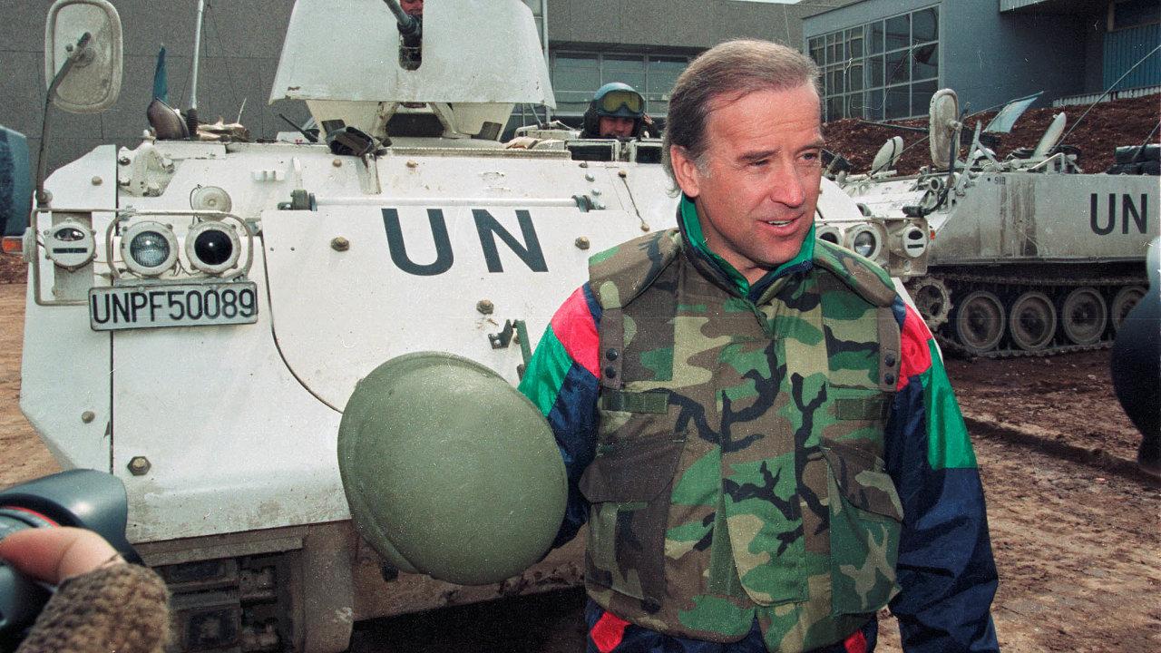Tehdy anyní. Demokratický kandidát naprezidenta Joe Biden na fotografii z roku 1993, kdy byl na návštěvě spojeneckých vojsk v Sarajevu, tedy z roku, kdy se měl dopustit sexuálního napadení.