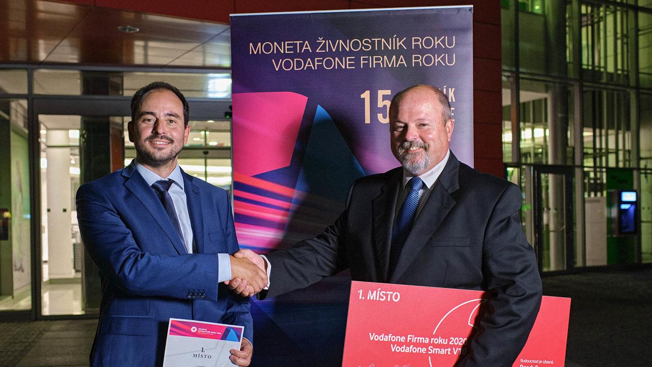 (Zleva) vítězný živnostník Aleš Erber amarketingový manažer společnosti Mikroelektronika Luboš Novotný