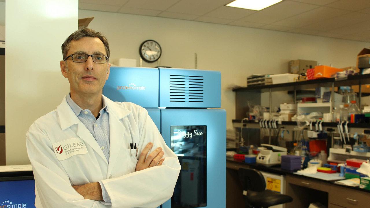Virologa Tomáše Cihláře, viceprezidenta americké farmaceutické společnosti Gilead Sciences, pohoršuje, když média napadají Gilead, že remdesivir vyvinul proto, aby vydělal napandemii koronaviru.