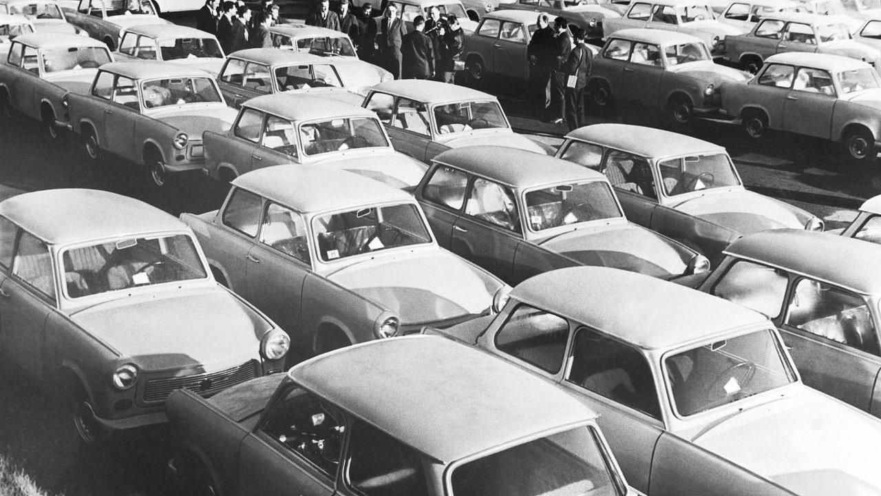 Před továrnou na výrobu trabantů, Cvikov 1971.