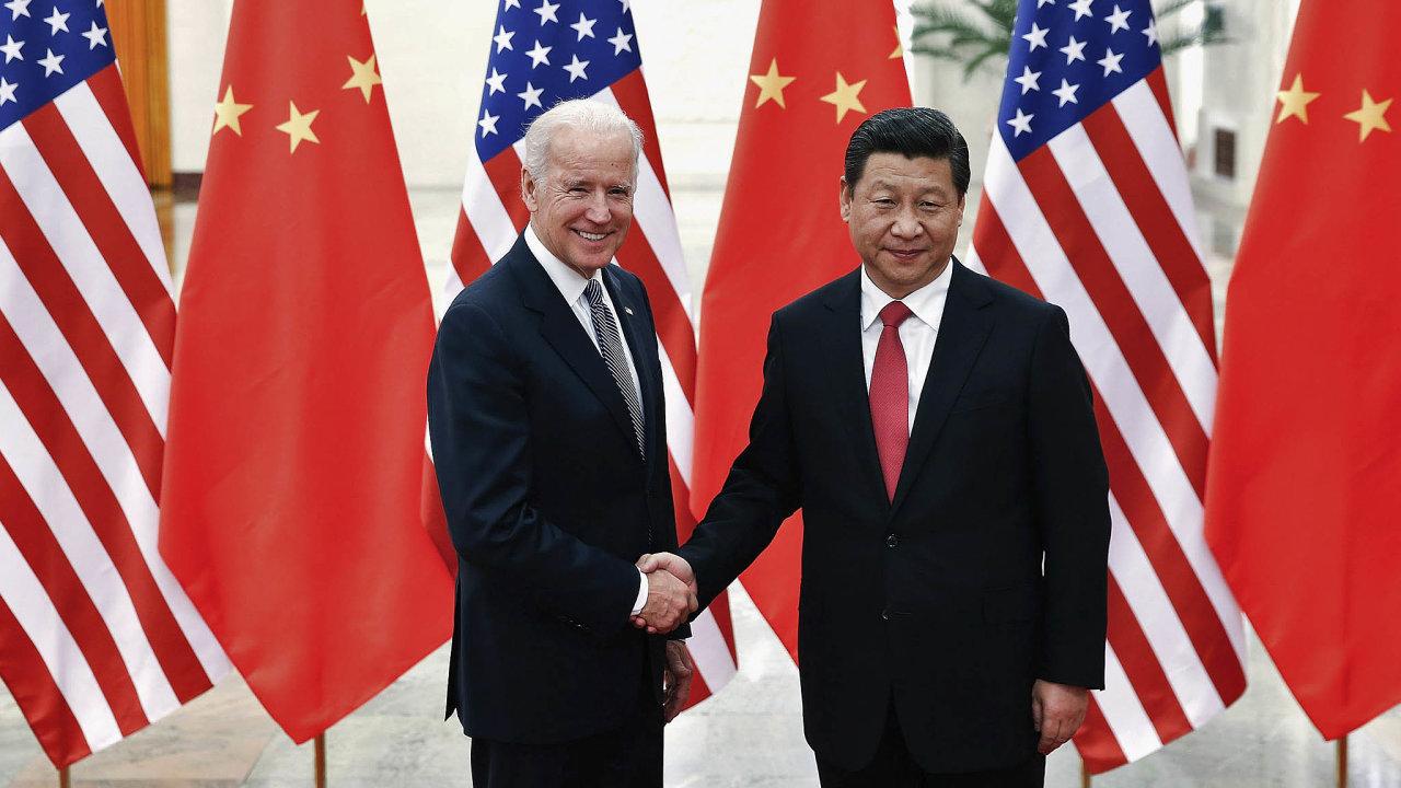 Dřívesi třásli rukama, co bude nyní? Joe Biden aSi Ťin-pching vpekingském Velkém sále lidu.