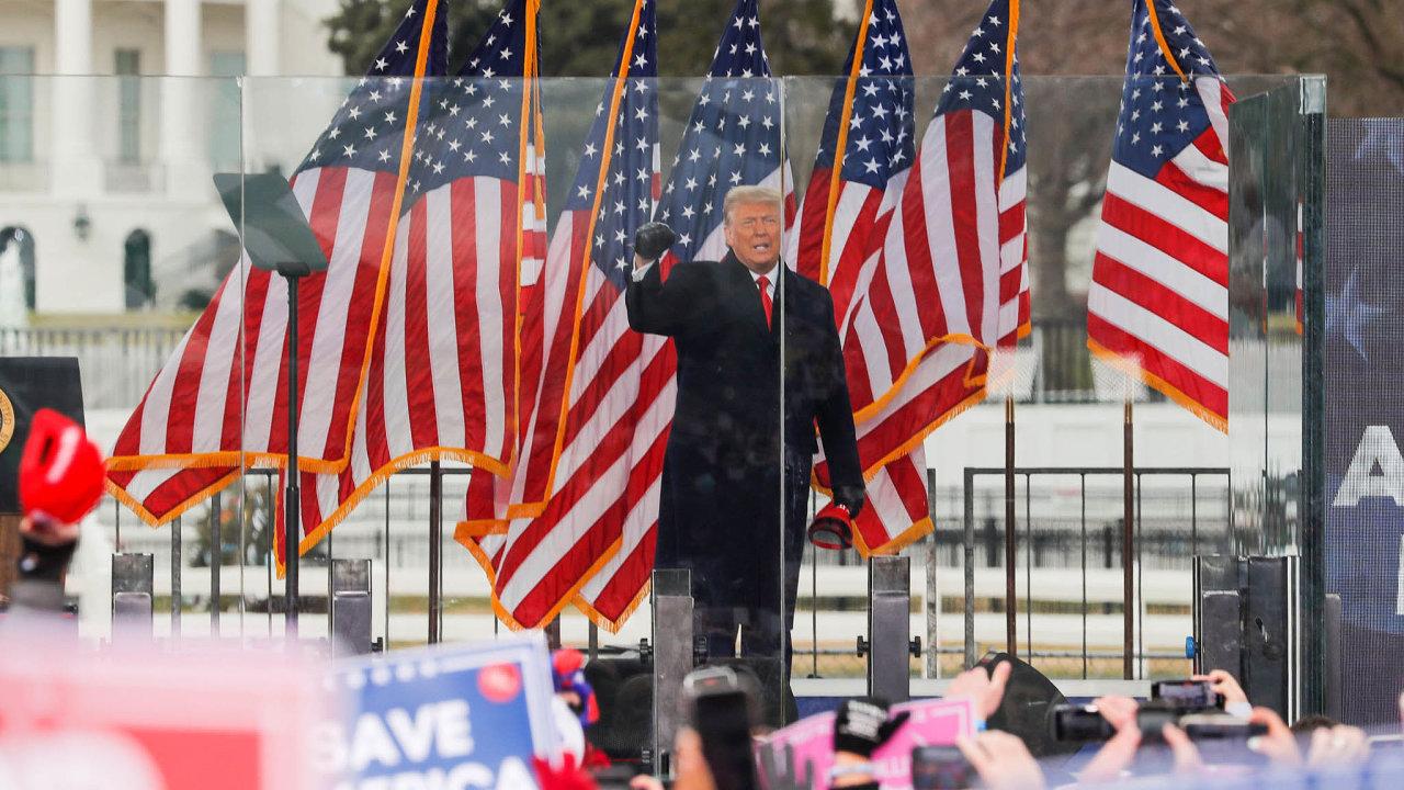 Nebezpečí dalšího podněcování knásilnostem, jaké se odehrály před týdnem vKapitolu, stálo zazrušením Trumpových účtů nasociálních sítích. Prezident své stoupence před útokem mobilizoval projevem.