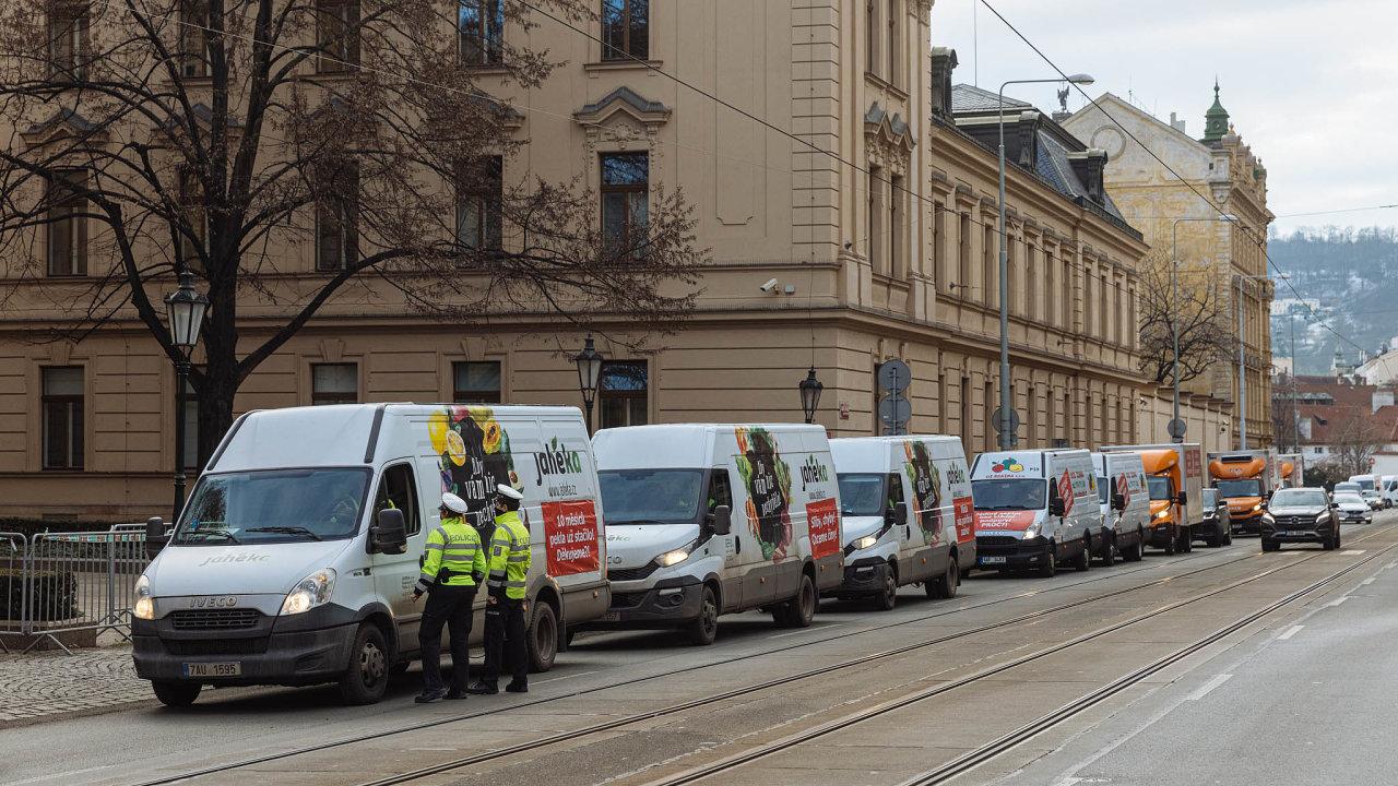 Protestní jízda. Dvě hodiny jezdilo na140 dodávek kolem sídla vlády atroubením upozorňovaly naproblémy dodavatelů pro restaurace či hotely.