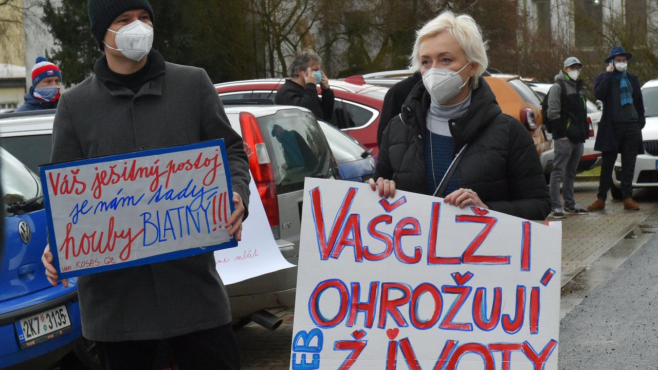 Nemocnici v Chebu, která je kriticky přetížená, navštívil 4. února 2021 ministr zdravotnictví Jan Blatný. Přivítalo jej i několik lidí s transparenty.
