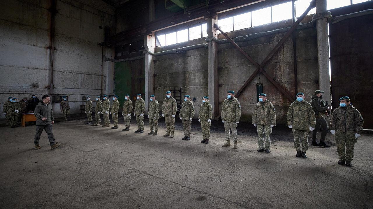 Napětí roste. Ukrajinský prezident Volodymyr Zelenskij navštívil 9. března vojáky na hranicích se samozvanými proruskými separatisty.