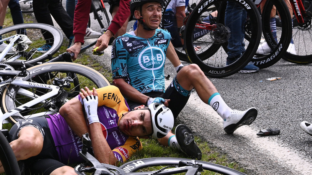 Cyklisté po pádu na Tour de France, za který mohla fanynka s kartonovou cedulí.