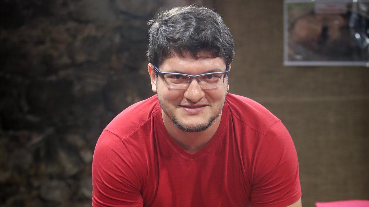 Cícero Moraes vystudoval marketing. Voboru počítačů, tvorby podobizen apočítačového softwaru je samouk.