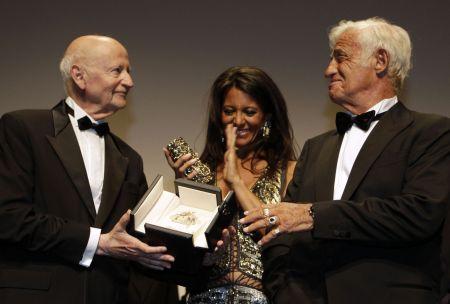 Jean-Paul Belmondo přebírá od prezidenta festivalu v Cannes Gillese Jacoba Zlatou palmu / Foto: ČTK/AP