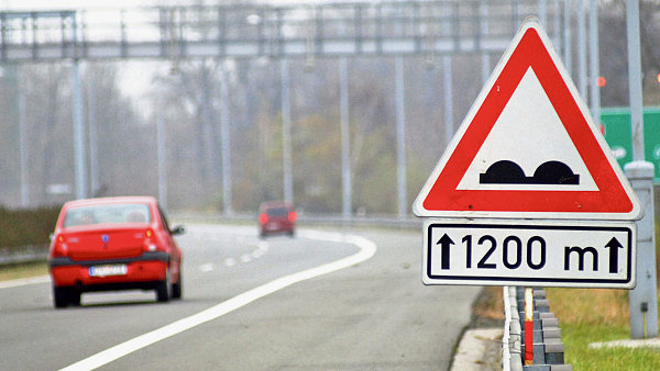 Plastov� odpad, kter� vznik� p�i v�rob� bezpe�nostn�ch autoskel, m� zkvalitnit a prodlou�it �ivotnost silnic.