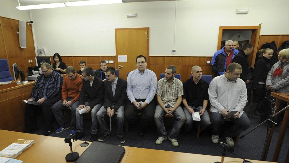 Obžalovaní hokejoví fanoušci u soudu v Chomutově