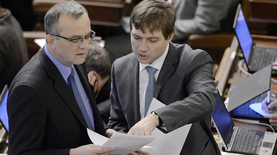 Ministr financí Kalousek a poslanec Babák na schůzi sněmovny
