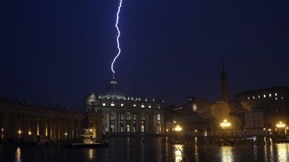 Kupoli baziliky sv. Petra zasáhl blesk
