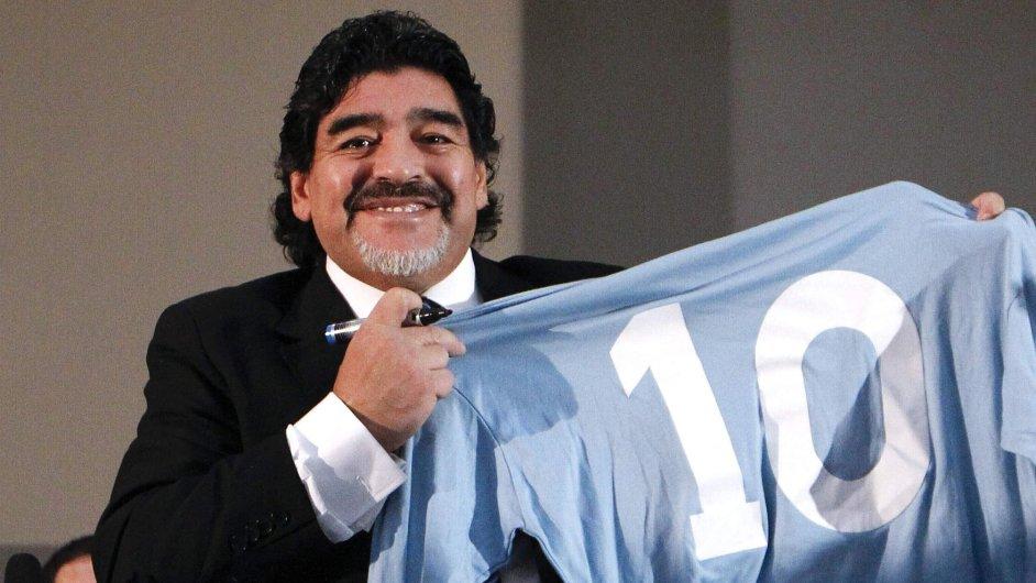 Diego Maradona s dresem Neapole číslo 10, se kterým za klub nastupoval