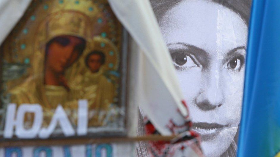 Tvář Julije Tymošenkové na plakátu při setkání jejích stoupenců