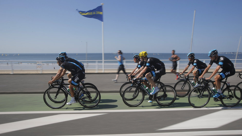 Stáj Sky s Chrisem Froomem (se žlutou helmou) na tréninku o volném dnu