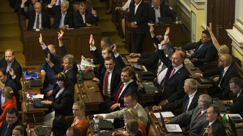 Poslanci hlasují o rozpuštění sněmovny