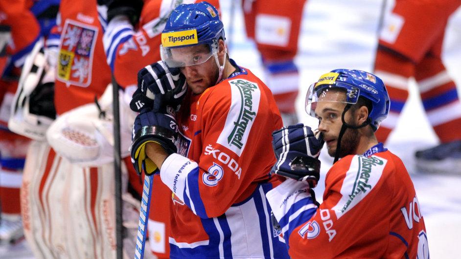 Čeští hokejisté Barinka (vlevo) a Vondrka smutní po prohraném zápase proti Finsku.
