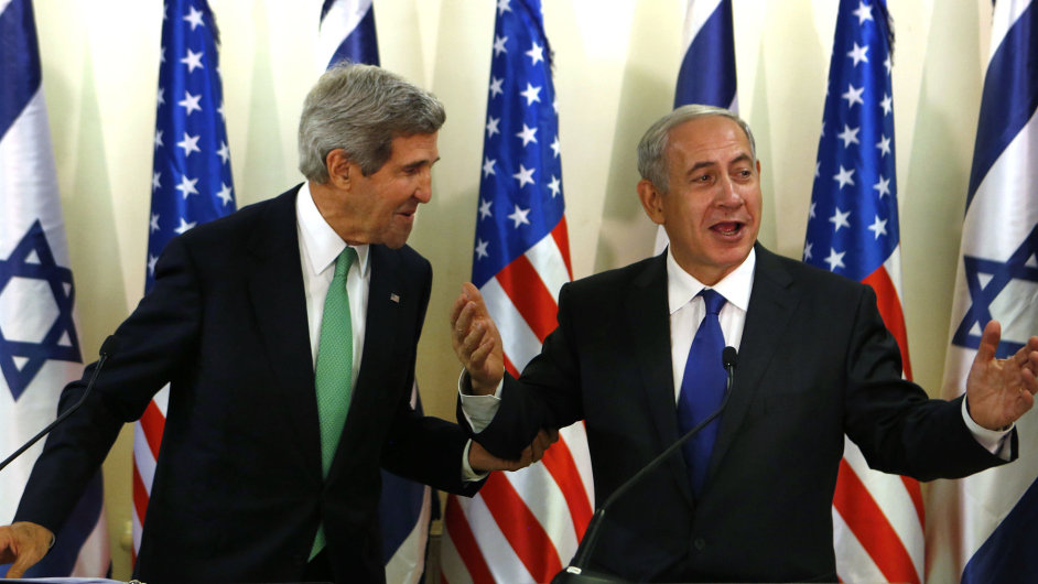 Ministr zahraničí USA John Kerry s izraelským premiérem Benjaminem Netanjahuem.
