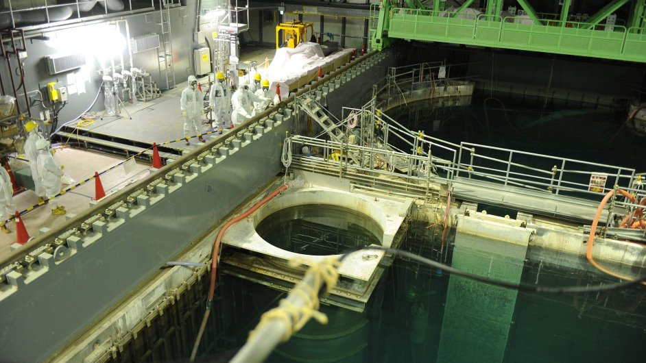 Úložné nádrže v budově reaktoru čtvrté jednotky jaderné elektárny Fukušima