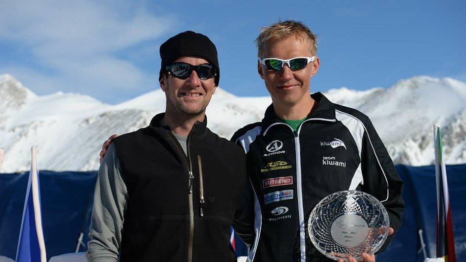 Petr Vabroušek s ředitelem závodu Richardem Donovanem a cenou pro vítěze