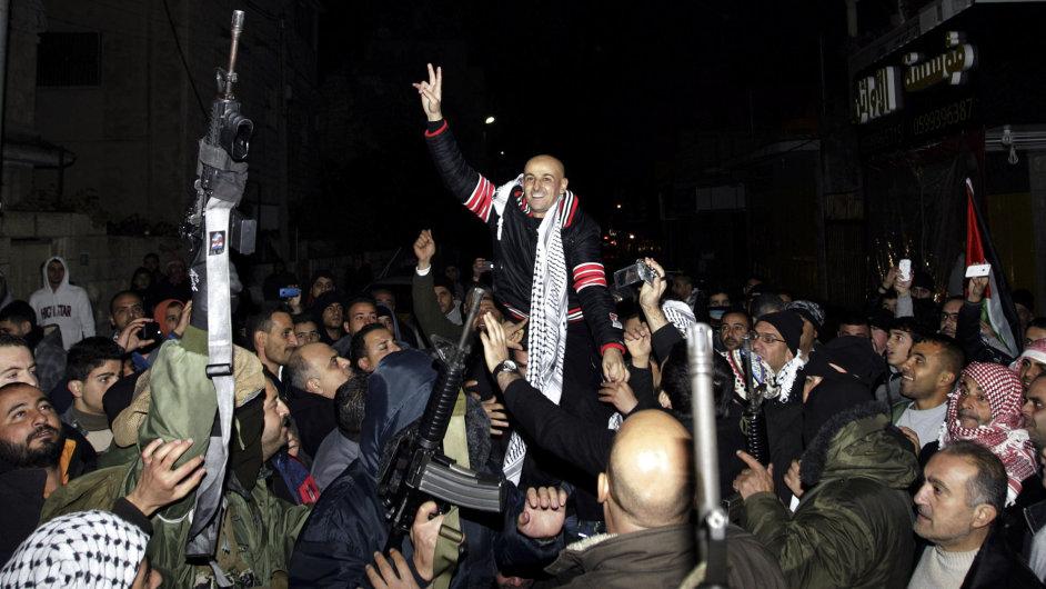 Přivítání jednoho z propuštěných palestinských vězňů v Jeninu na západním břehu Jordánu.